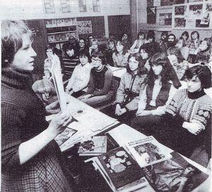 Februar 1979 im Internat der Sprachheilschule im Grünen Weg in Frankfurt (Oder)  Im Vordergrund Gertrud Zucker, die Illustratorin und man sieht auch den Zeichenlehrer Jürgen Barber,